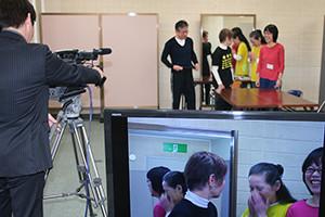 関西大阪のタレントプロダクション日本放映プロのビデオカメラを使ったレッスン風景