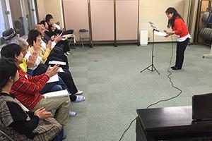 関西大阪のタレントプロダクション日本放映プロのシニア歌手タレント部(40歳~70歳)レッスン風景