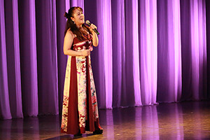 関西大阪のタレントプロダクション日本放映プロのシニア歌手タレント発表会・ミニコンサートの様子。