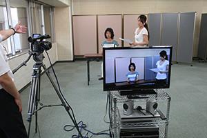関西大阪のタレントプロダクションミドル部のテレビカメラを使ったレッスン風景。