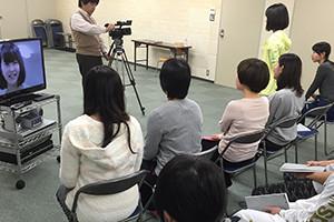 関西大阪のタレントプロダクション日本放映プロの青年部(中学1年生~29歳)テレビカメラを使ったレッスン風景。