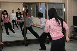 関西大阪のタレントプロダクション日本放映プロの青年部ダンスレッスン風景。