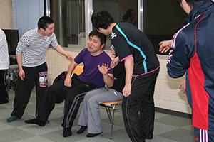 関西大阪のタレントプロダクション日本放映プロの青年部の演技の稽古風景