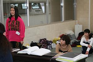 関西大阪のタレントプロダクション日本放映プロの歌手タレント部(中学1年生~29歳)歌のレッスン風景。