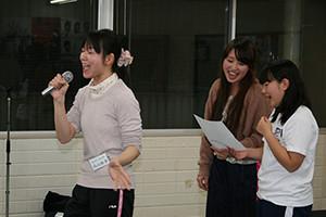 関西大阪のタレントプロダクション日本放映プロ歌手タレント部の歌の稽古風景。