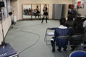 関西大阪のタレントプロダクション日本放映プロ歌手タレント部。音響機材を使ったレッスン風景。