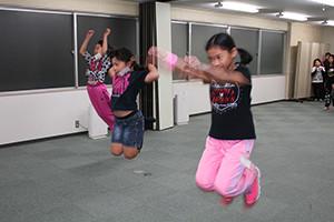 関西大阪のタレントプロダクション日本放映プロ(株)小学生タレントのダンスレッスン風景。