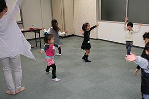 関西大阪のタレントプロダクション日本放映プロ幼児部元気いっぱいのレッスン風景(3歳~6歳)対象。