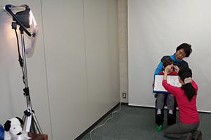 大阪のタレントプロダクション日本放映プロ所属赤ちゃんタレント写真撮影会風景。