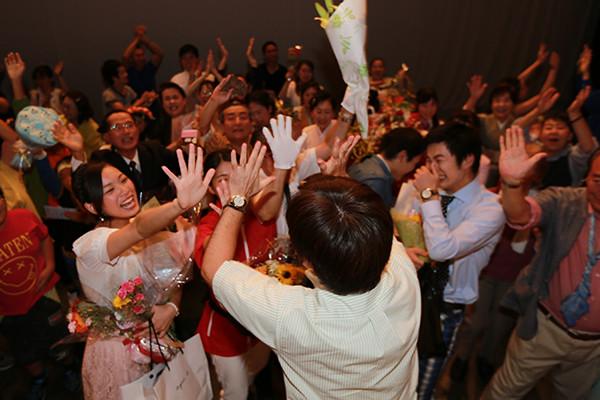 大阪のタレントプロダクション日本放映プロの舞台公演が終わった後の感動の涙の風景。